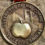 medaille-fond-pierre-centree-912x576
